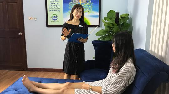 Master Coach Võ Thị Thanh Phương - Trung tâm NHC đang trị liệu cho khách hàng