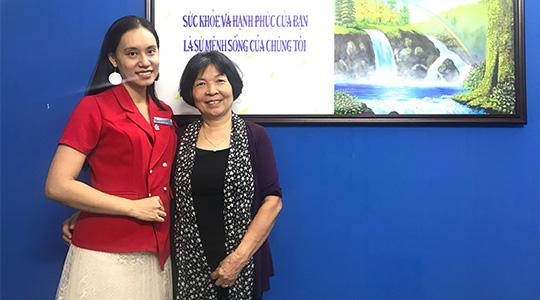 Cô Bích bên chuyên gia Bùi Thị Hải Yến - người trực tiếp trị liệu mất ngủ cho cô