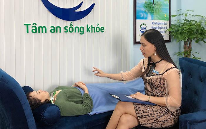 Chuyên gia tâm lý - Master Coach Bùi Thị Hải Yến trực tiếp trị liệu vấn đề mất ngủ cho cô