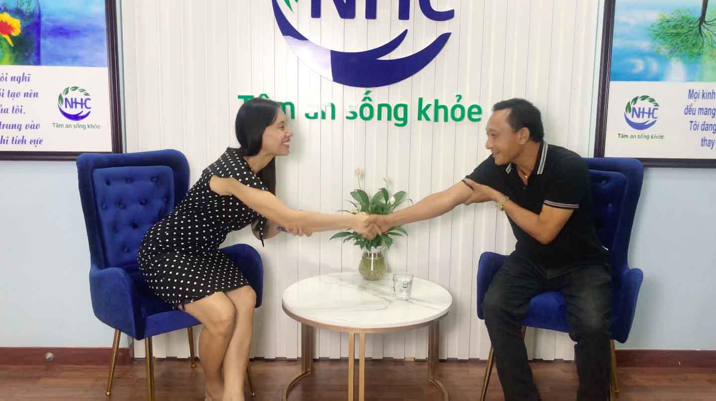Chuyên gia Bùi Thị Hải Yến cam kết đồng hành cùng anh Đào Mạnh Hùng trong hành trình thay đổi bản thân