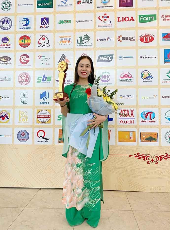 Chuyên gia Tâm lý Master Coach Bùi Thị Hải Yến, Giám đốc Trung tâm Tâm lý trị liệu NHC Việt Nam đại diện Trung tâm nhận giải thưởng cao quý trong Chương trình
